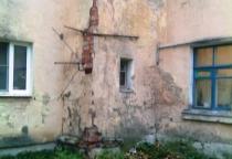 Новгородцы жалуются на аварийность дома и равнодушие управляющих компаний