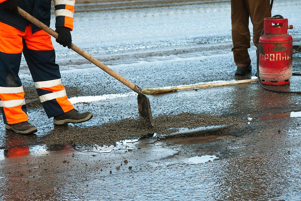 Сотрудники двух дорожных фирм в Боровичах и Хвойной не получают зарплату с мая