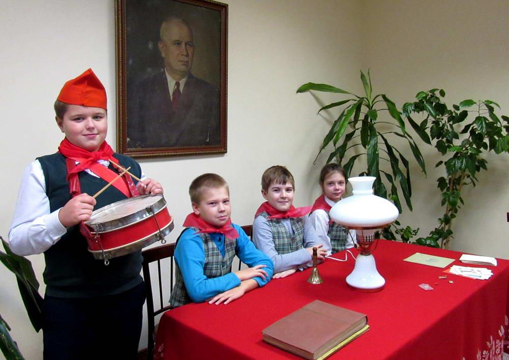 Валдайских школьников «приняли в пионеры» под портретом Никиты Хрущева
