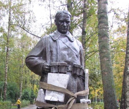 В Старой Руссе открыли памятник Советскому солдату