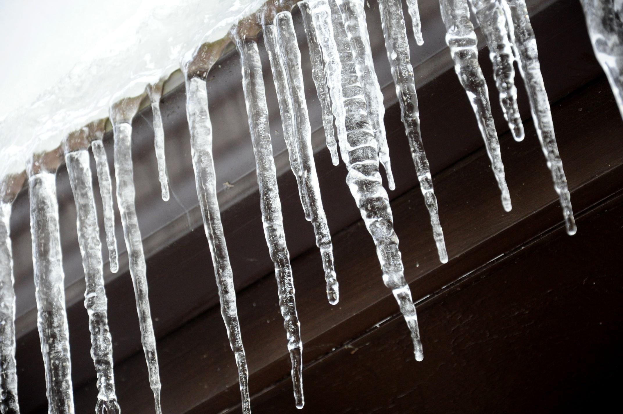 После вмешательства прокуратуры три управляющие компании убрали с крыш домов снег и сосульки