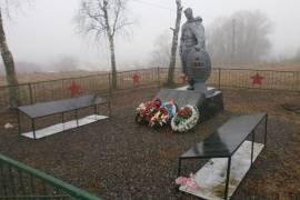Старорусские власти более двух лет не ремонтировали расколотый мемориал «Братской могилы советских воинов»