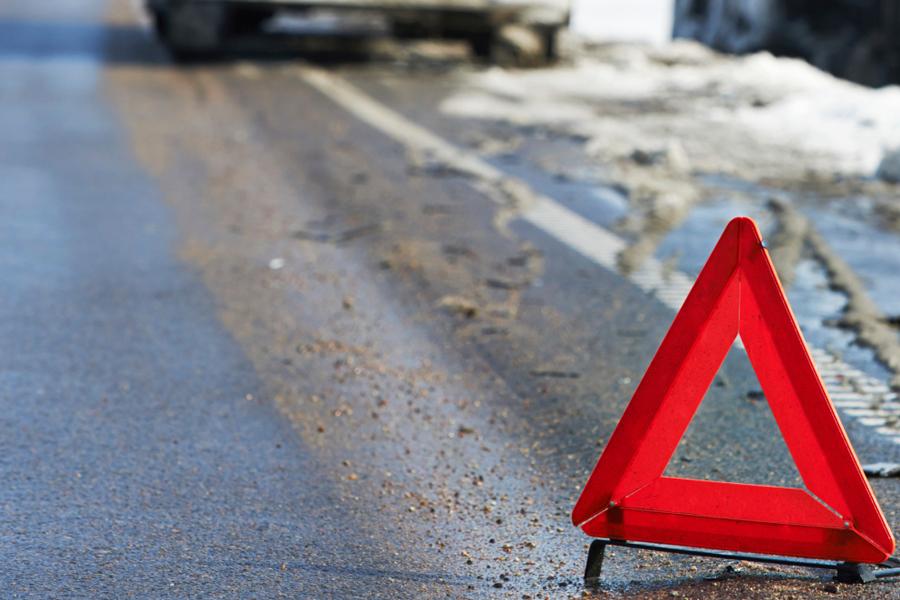Водитель авто, врезавшегося в столб у Подберезья, находится в больнице с тяжелыми травмами