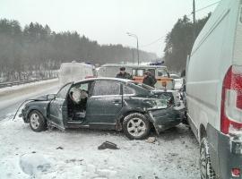 В Боровичском районе иномарка столкнулась с микроавтобусом на «встречке»