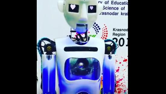 Видео: робот с глазами-сердечками из Сочи передает новгородцам пламенный привет