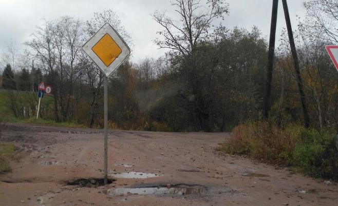 В Маловишерском районе водители наблюдают странное соседство дорожных знаков и «главную дорогу» в яме