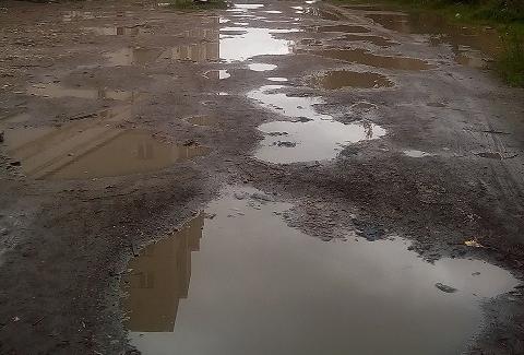 Корявой и грязной дорогой к гимназии «Исток» занялись после удара «Вечевого колокола»