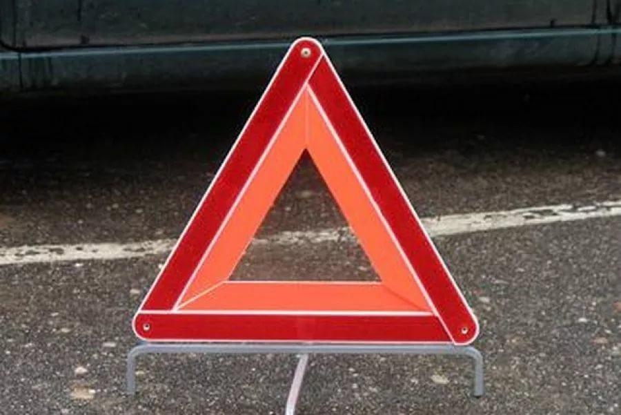 Новгородский водитель не объехал препятствия на проспекте Мира и сломал бедро