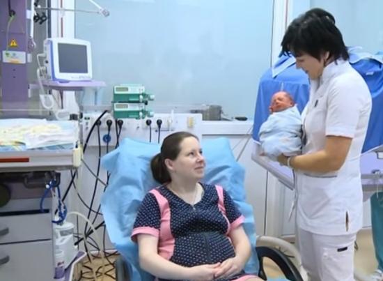 Видео: в новгородском роддоме мама берет на руки троих новорожденных первенцев