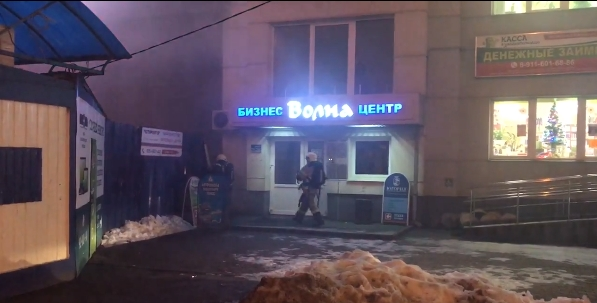 Видео: пожар у новгородского бизнес-центра «Волна»