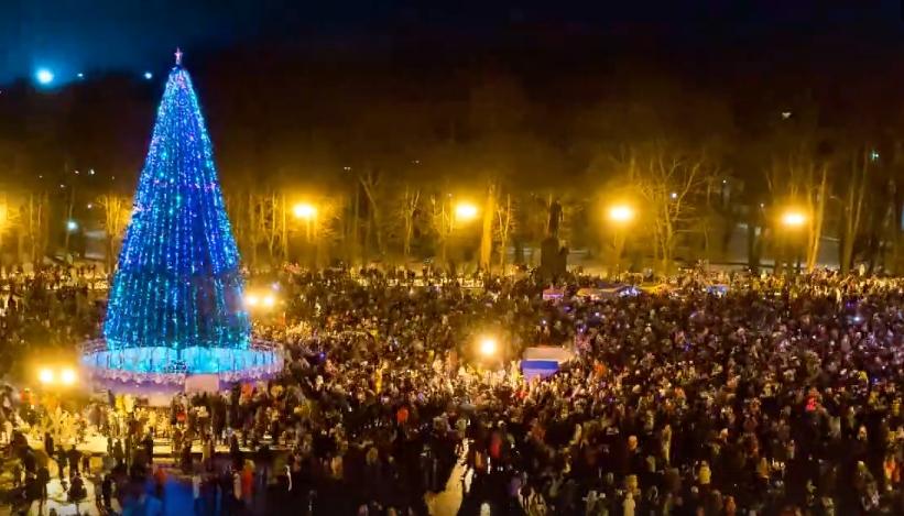 Видео: известный новгородский фотограф нестандартно показал зажжение новогодней ели