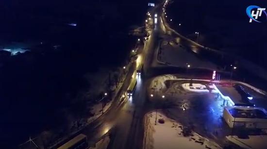 Видео от НТ: ночью автобусы из Москвы въехали в Великий Новгород