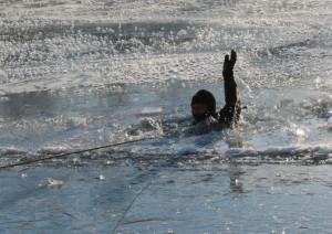 Мужчина упал в воду с моста Александра Невского в Великом Новгороде