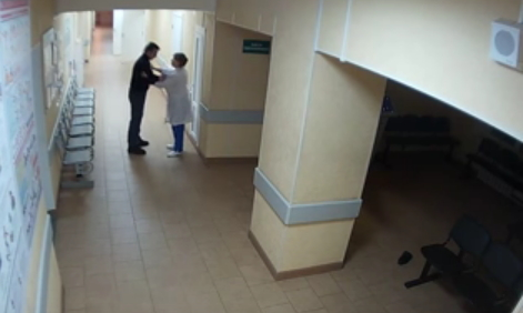 СУ СК предоставило запись с камеры видеонаблюдения об избиении медиков нетрезвым пациентом