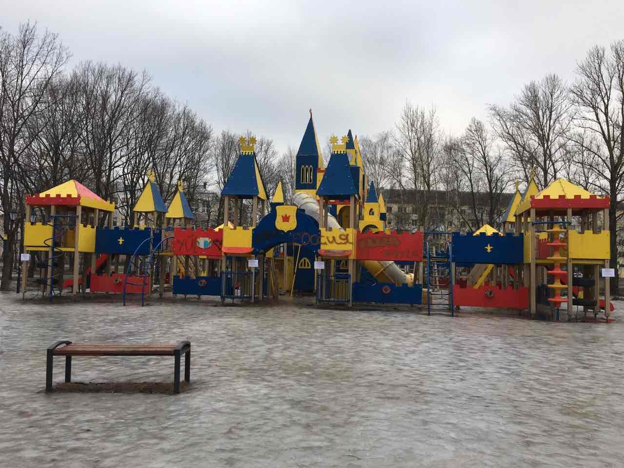 Вандалы «поработали» над детским городком в парке 30-летия Октября