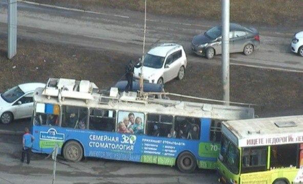 На виадуке в Великом Новгороде сломался троллейбус. Собралась пробка