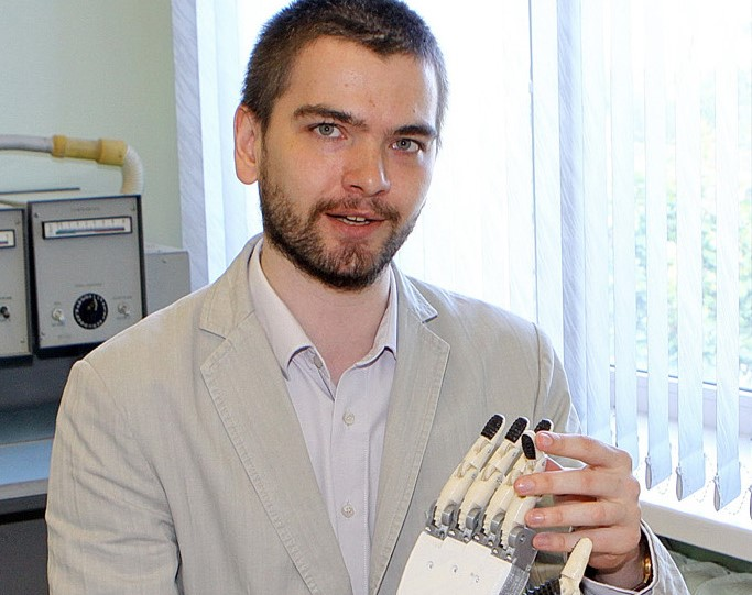 Новгородский инженер помогает людям, разрабатывая уникальные протезы кисти руки