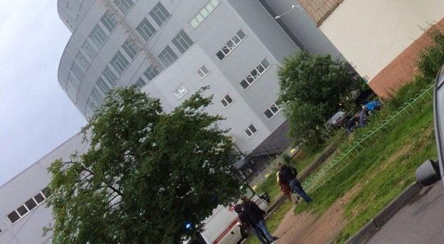 Следователи устанавливают личность мужчины, упавшего с балкона 8 этажа дома на улице Щусева