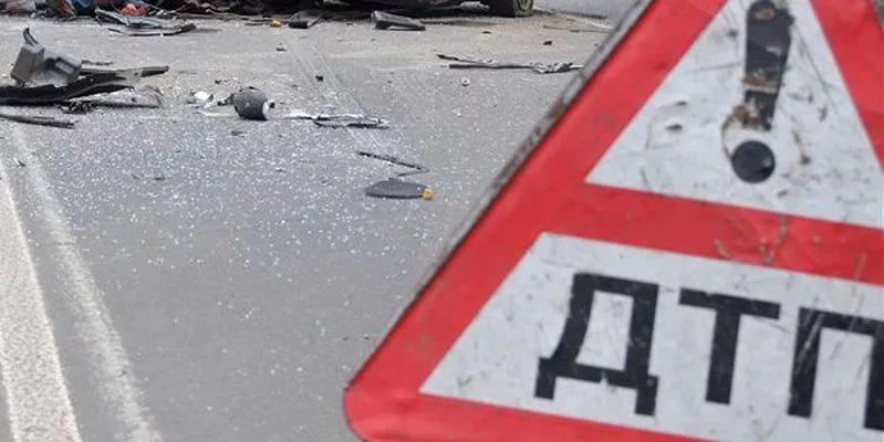 В Крестецком районе на трассе М-10, столкнувшись с грузовиком, пострадали водитель и пассажир «Доджа Караван»