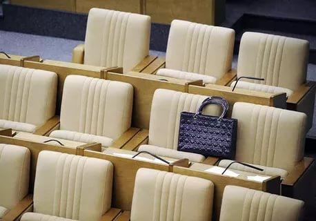 В Шимском районе женщины лишились депутатских мандатов из-за скрытных мужей