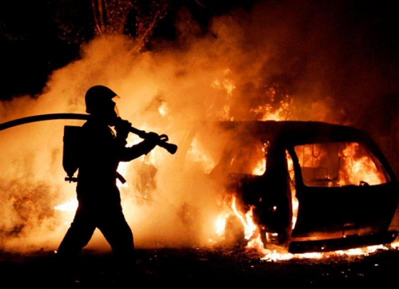 Ночью в Великом Новгороде на Кооперативной в огне была пара автомобилей. «Шкода» спасена