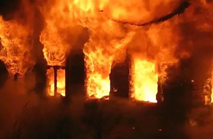 На пожаре в Крестецком районе, где сгорели дом и дворовые постройки, погибла женщина