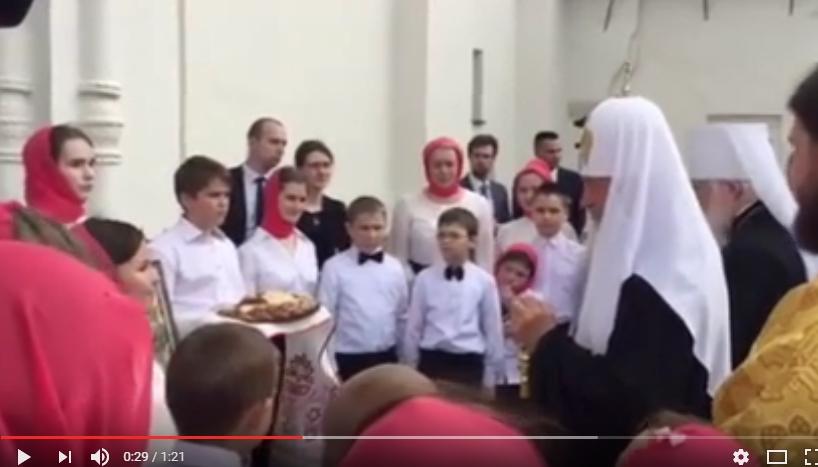 Видео: дети встречают Патриарха Кирилла у входа в Софию новгородскую
