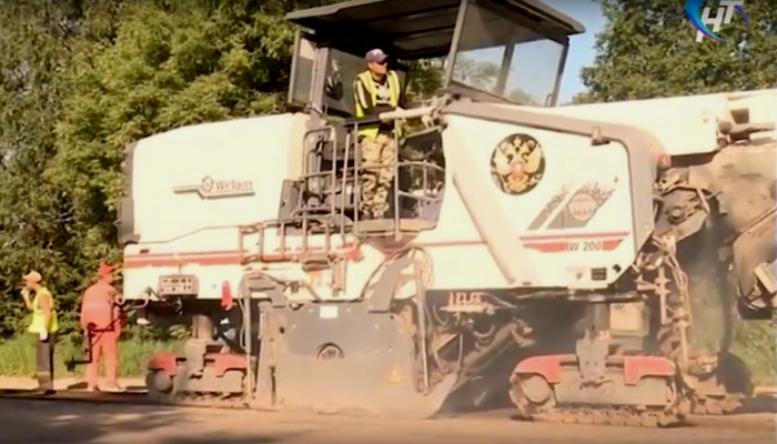 Видео: в Новгородской области начали ремонтировать одну из важнейших и самых разбитых дорог