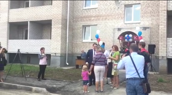 Андрей Никитин вручил ключи от нового жилья семьям-переселенцам из Чудова