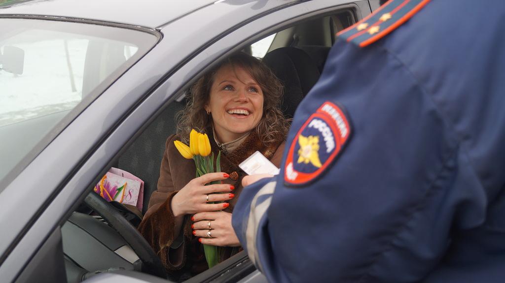 Сотрудники ГИБДД и отдельного батальона ДПС поздравляли с 8 марта новгородок за рулём