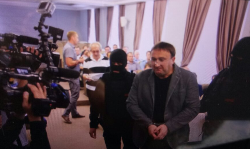 Видео: как на Кирбая надели наручники в прокуратуре