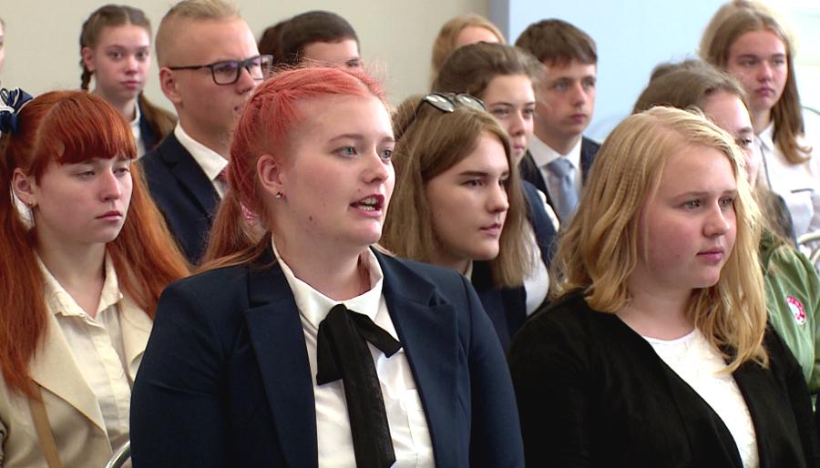 Новгородская десятиклассница Анастасия Кутузова задала вопрос на видеоконференции с участием Владимира Путина