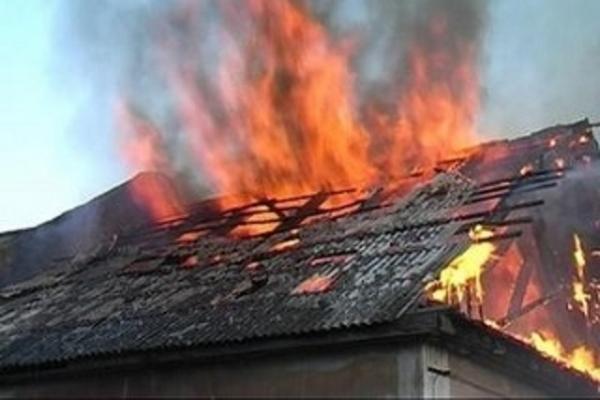В Крестецком районе местные жители спасли ребёнка из пожара