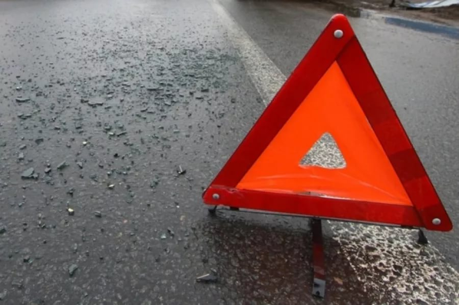 На трассе М-10 в Крестецком районе после столкновения легковушки и грузовика погибли люди