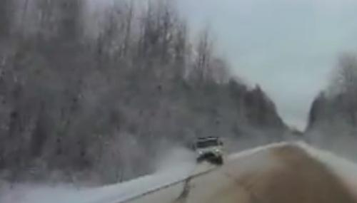 Машина скорой помощи вылетела в кювет на дороге Спасская Полисть  –  Малая Вишера