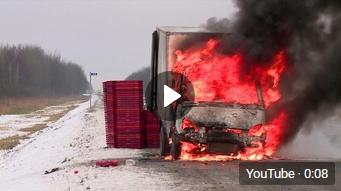 Видео: на трассе под Великим Новгородом сгорел грузовик старорусского хлебозавода