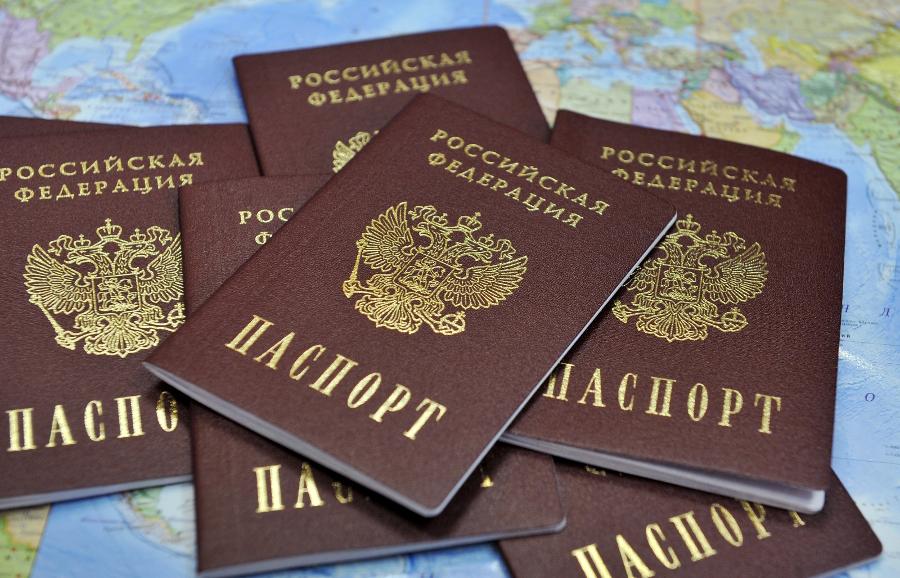 15 новгородцев получили паспорта ко Дню освобождения города
