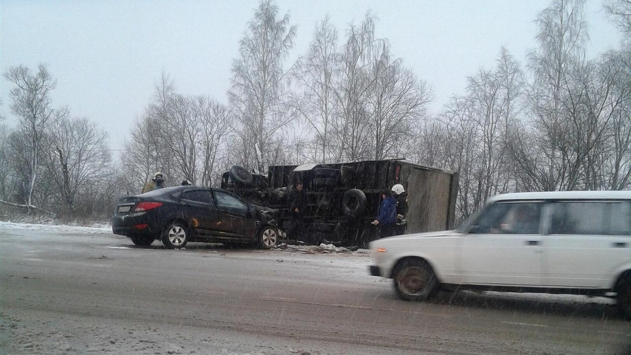 Фото: в Новгородской области грузовик перевернулся в столкновении с легковушкой