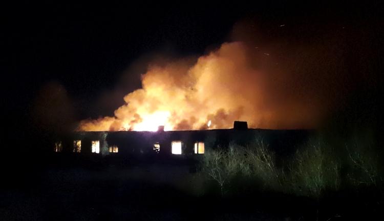 Видео: пожар в бывшем аэропорту Великого Новгорода
