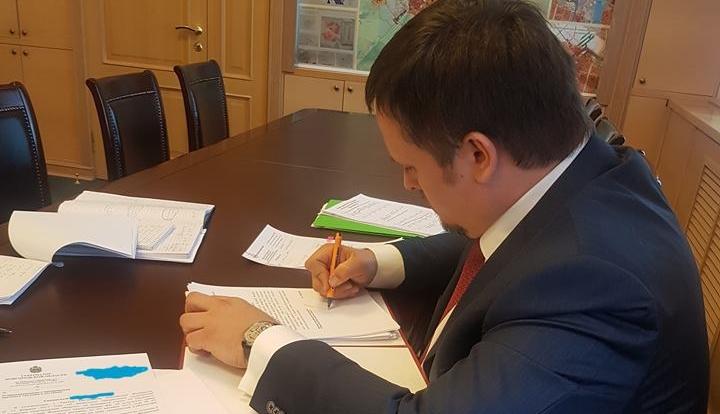 Фото дня: Андрей Никитин подписывает уведомления об увольнении