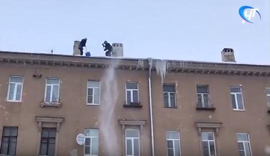 Видео НТ: новгородские коммунальщики занялись опасной зимней работой