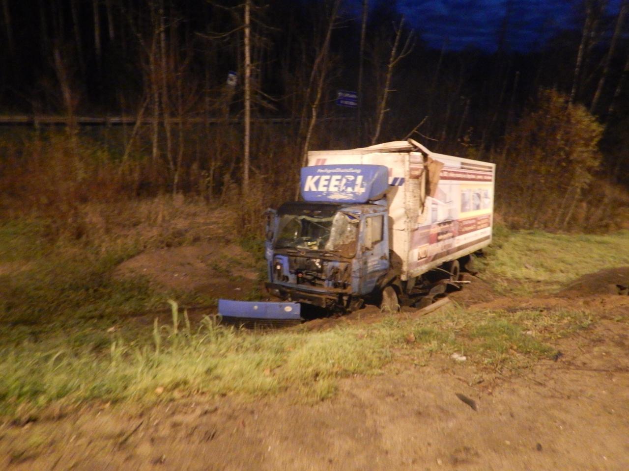 На трассе М-10 в Новгородском районе водитель фуры уцелел в опасном ДТП