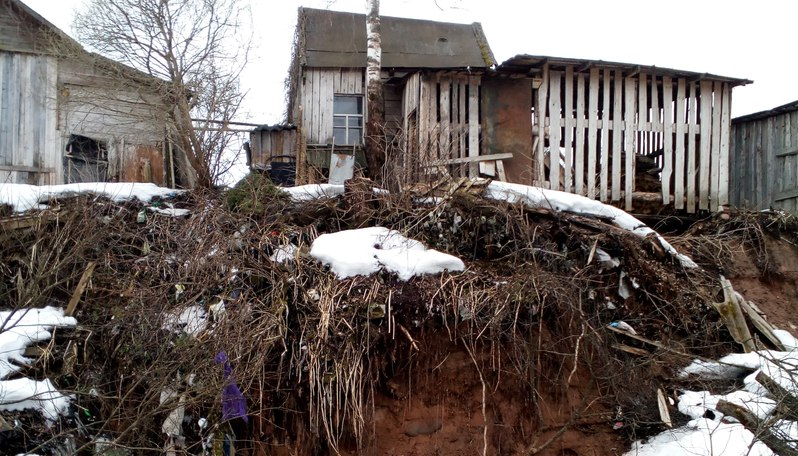 В Любытинском районе люди боятся утонуть вместе со своими домами