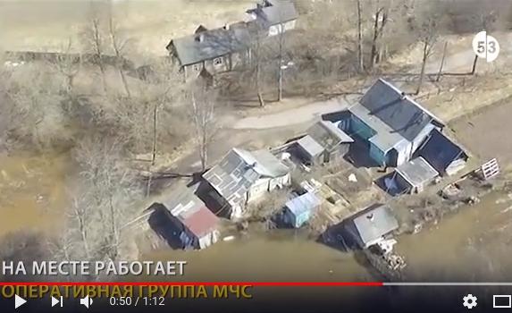 Река Холова вышла из берегов в Крестцах в Новгородской области