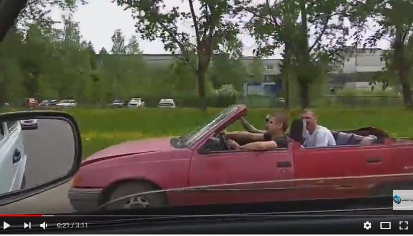 Видео: по улицам Великого Новгорода устроили гонку на самодельном кабриолете