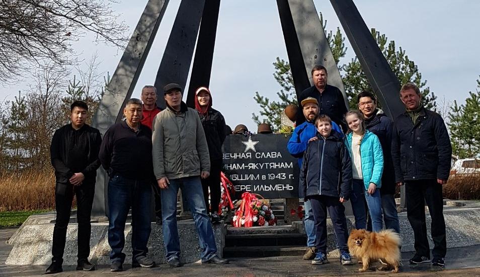 Студенты из Республики Саха провели субботник у памятника якутским стрелкам на берегу Ильменя