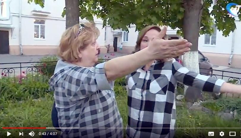 Видео: в Великом Новгороде многоквартирный дом разделился на враждующие лагеря