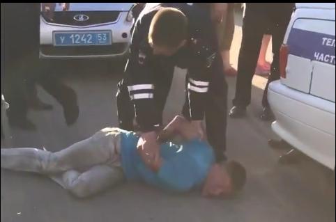 Видео: пьяный новгородский дебошир напал на полицейских