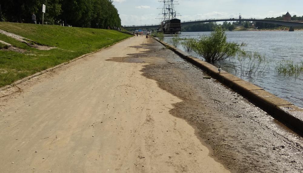 В Великом Новгороде после жалобы на «Вечевом колоколе» убрали 1,5 км очень грязной набережной