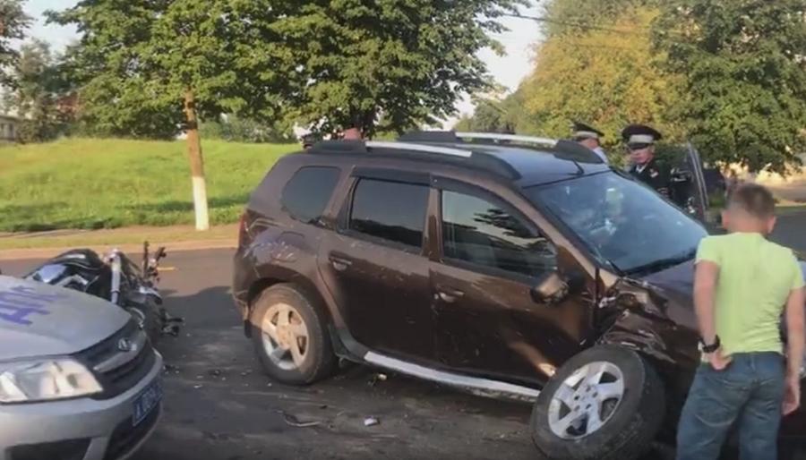Видео: в центре Великого Новгорода в ДТП пострадал байкер